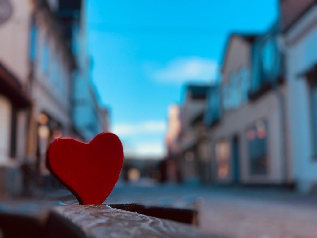 Rött hjärta på Adelsgatan